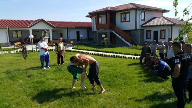 Efsane pehlivanın evinin bahçesinde güreş eğitimi
