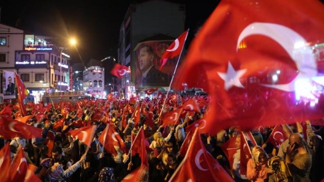 Meydanlarda 'demokrasi nöbeti' südürüldü