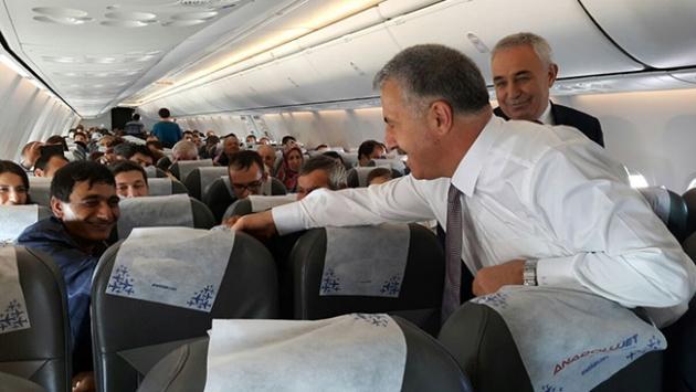 Bakan Arslan, uçakta yolcularla bayramlaştı
