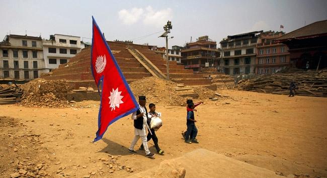 Nepal, depremin izlerinin silinmesini bekliyor