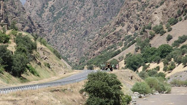 Hakkari'de yola tuzaklanan bomba patladı: 1 asker şehit