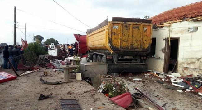 Kontrolden çıkan kamyon duvara çarparak durabildi