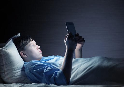 Okul başlangıç saatlerinin ertelenmesi, uykusuz gençlerin uykusuna yardımcı olacağını öngörüyor