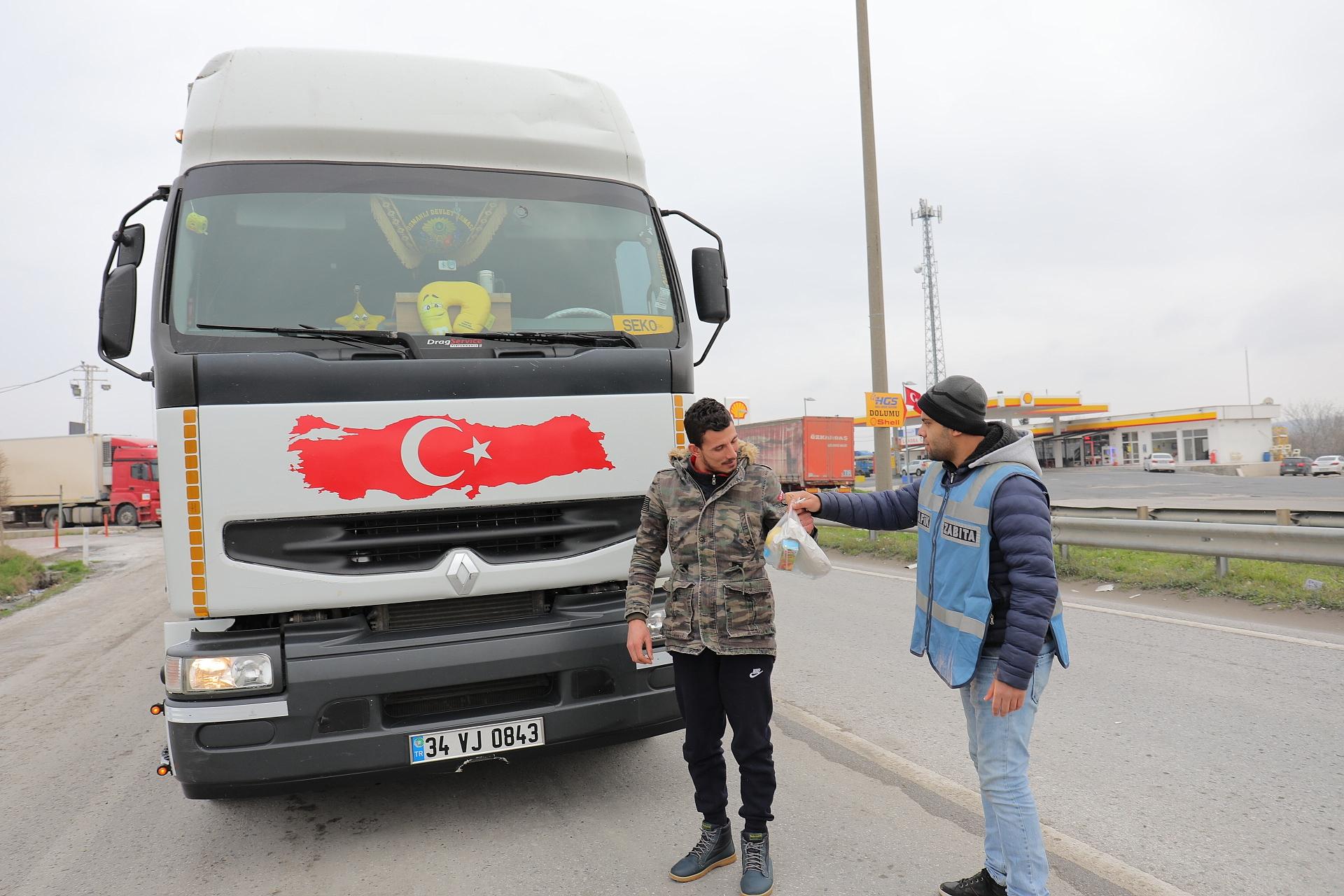 Edirne Belediyesi TIR şoförlerine kumanya desteği verdi
