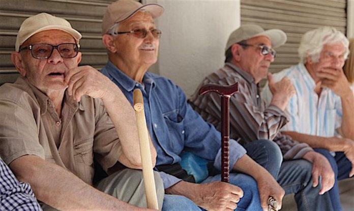 Bakan, Cuts'ın 1000 € 'nun Altında Yunan Emekliliklerini Vuracağını Kabul Etti