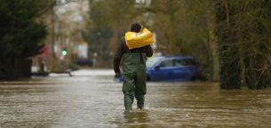 İngiltere sel baskınları sırasında 24 saat içinde ayın yağmuruna çıktı