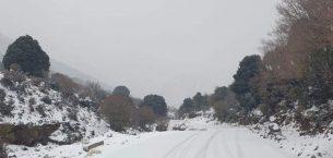 Şiddetli kar yağışı Selanik Mt Hortiatis üzerinde yollar kapanır