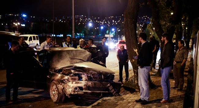 Ağaca çarpan otomobildeki sürücüyü itfaiye kurtardı