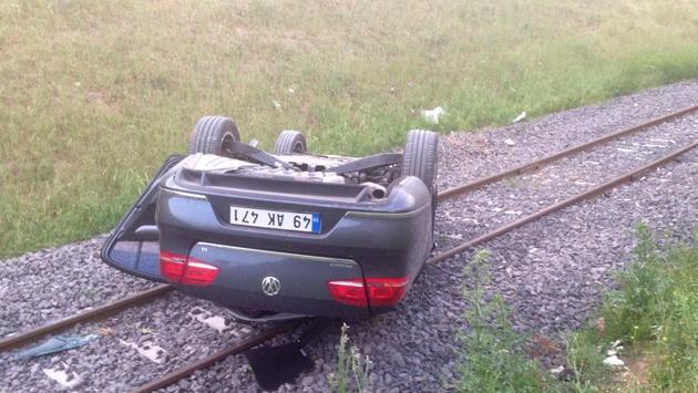 Kontrolden çıkan otomobil tren yoluna devrildi