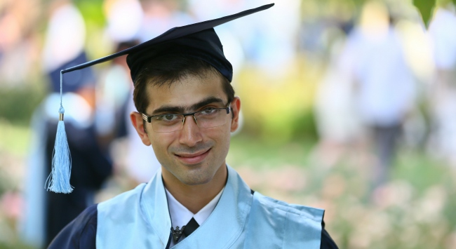 Otizmli genç üniversiteyi üçüncülükle bitirdi