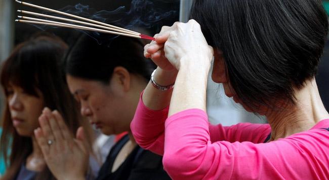 Taylandlılar dua için tapınaklara akın etti