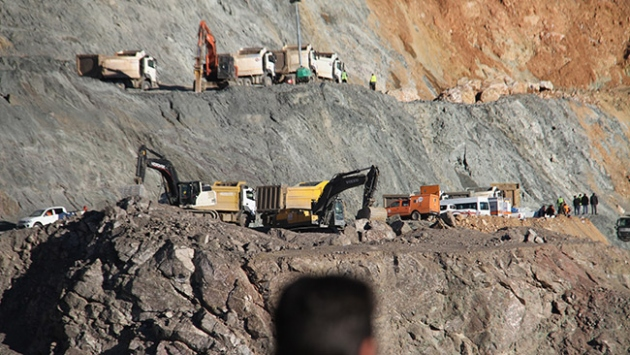 Siirt'te toprak altında kalan 6 işçiyi kurtarmak için çalışmalar sürüyor