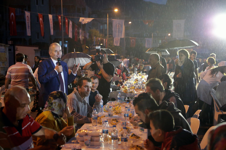 Büyükşehir'den 2 mahallede 5 bin kişiye iftar