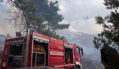 İtfaiye ekipleri Atina'nın yerleşim bölgesi yakınlarında yangınla mücadele ediyor